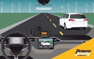 Zdjęcie przedstawia pomiar prędkości samochodu przez wideorejestrator umieszczony w samochodzie policyjnym.